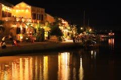 会安市古镇河沿在晚上,越南联合国科教文组织世界遗产名录 库存图片
