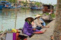 会安市老镇运河的小船妇女 免版税库存图片