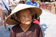 会安市,越南- 2011年11月02日:一个传统草帽的一名年长越南妇女 免版税库存图片