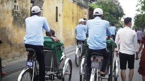 会安市,越南- 2018年5月10日:人力车驱动沿古老街道的中国游人在老镇在Hoian 股票视频