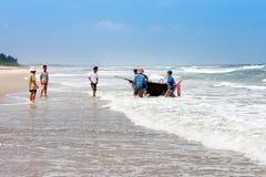 会安市,越南- 2011年11月03日:越南人从从海洋的渔回来并且运载一条地道圆的越南蟒蛇 库存照片