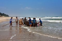 会安市,越南- 2011年11月03日:越南人从从海洋的渔回来并且运载一条地道圆的越南蟒蛇 库存图片
