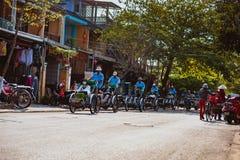 会安市,越南- 2017年3月15日:乘坐一个传统周期的地方越南人在会安市 会安市,联合国科教文组织世界遗产名录站点 免版税库存照片