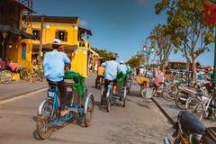 会安市,越南- 2017年3月15日:乘坐一个传统周期的地方越南人在会安市 会安市,联合国科教文组织世界遗产名录站点 库存照片
