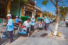 会安市,越南- 2017年3月15日:乘坐一个传统周期的地方越南人在会安市 会安市,联合国科教文组织世界遗产名录站点 图库摄影