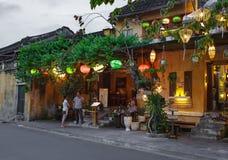 会安市,越南- 2017年3月15日:人旅行Hoian老镇,古老房子,国家遗产 免版税图库摄影