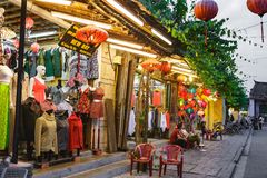 会安市,越南- 2017年3月15日:人旅行Hoian老镇,古老房子,国家遗产 库存图片