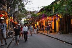 会安市,越南- 2017年3月15日:人旅行Hoian老镇,古老房子,国家遗产 库存照片