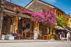 会安市,越南- 2017年3月15日:人旅行Hoian老镇,古老房子,国家遗产 免版税库存照片