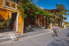 会安市,越南- 2017年3月15日:人旅行Hoian老镇,古老房子,国家遗产 图库摄影