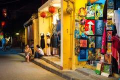 会安市,越南- 2013年9月01日:人们互相采取在商店的前面 库存照片