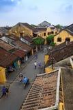 会安市,越南- 2013年4月14日:会安市从上面的古镇视图,那里是在古镇的大街上的许多游人 免版税库存照片