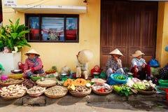 会安市,越南- 2014年5月12日:卖产品的水果和蔬菜供营商在会安市市场上 免版税库存图片