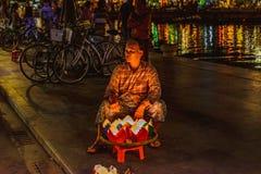会安市,越南- 2017年3月15日:卖灯笼的祖母 库存图片