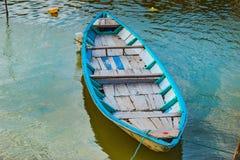 会安市,越南- 2017年3月17日:在古老建筑学前面的传统小船在会安市,越南 图库摄影