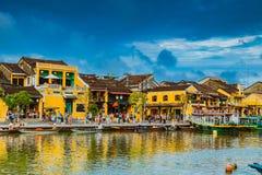 会安市,越南- 2017年3月17日:在古老建筑学前面的传统小船在会安市,越南 库存图片