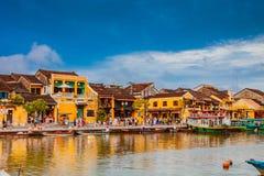 会安市,越南- 2017年3月17日:在古老建筑学前面的传统小船在会安市,越南 库存照片