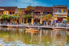 会安市,越南- 2017年3月17日:在古老建筑学前面的传统小船在会安市,越南 免版税图库摄影