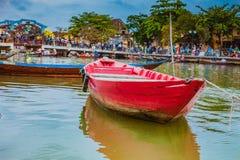 会安市,越南- 2017年3月17日:在古老建筑学前面的传统小船在会安市,越南 免版税库存照片