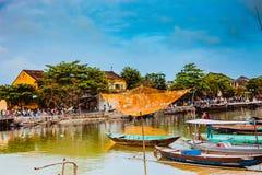 会安市,越南- 2017年3月15日:在Hoai河,会安市, Quang Nam,越南的捕鱼网 库存图片