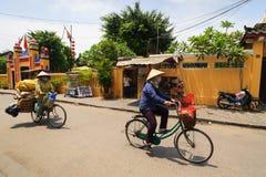 会安市,越南- 2013年4月13日:垃圾收集工和她的自行车,会安市古镇 图库摄影