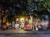 会安市,越南- 2015年11月8日:小商店,人等待的顾客 库存图片
