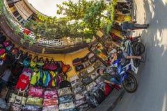 会安市,越南- 2013年9月02日:店主坐在他们的商店前面  免版税库存图片
