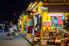 会安市,越南- 2013年9月01日:游人在街道走在晚上 库存照片