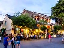会安市,越南- 2015年11月8日:街道场面,游人在餐馆,平衡光 库存照片