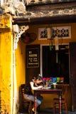 会安市, QUANG NAM,越南, 2018年4月26日, :早晨在会安市古镇和放松 免版税库存图片