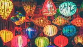 会安市/越南, 2017年8月-在会安市古镇,联合国科教文组织世界遗产名录站点农贸市场的五颜六色的灯笼  越南 免版税库存照片