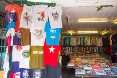 会安市-越南3月16日: :越南T恤杉纪念品店在Hoi 免版税库存照片