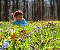 会开蓝色钟形花的草女孩森林 库存照片