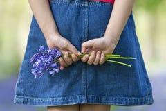 会开蓝色钟形花的草束女孩一点 免版税图库摄影