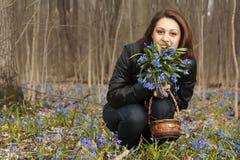 会开蓝色钟形花的草束女孩 库存照片