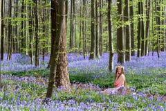 会开蓝色钟形花的草梦想妇女 库存照片