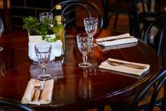 宴会或另一顿承办宴席的事件晚餐的表集合 库存照片