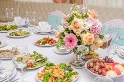 宴会桌在有花的一家餐馆 装饰的婚礼 库存照片