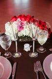 宴会桌设置和花 库存照片