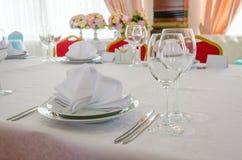 宴会桌设置 白天 免版税图库摄影