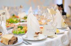 宴会的欢乐桌设置。 免版税库存照片
