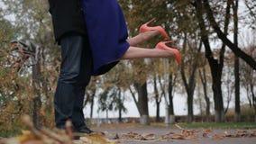 会见亲人在一个日期在秋季公园 股票视频