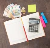 会计和业务管理钞票、计算器和欧洲钞票在木背景 税、借方和费用 库存图片
