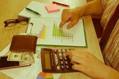 会计和企业概念 工作在办公桌上的商人 家财务、投资、经济、保存的金钱或者保险 免版税库存照片
