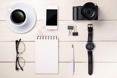 会计科目企业概念服务台办公室 笔,镜片,咖啡,照相机,智能手机,手表 库存照片