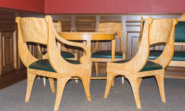 会议、葡萄酒椅子和桌的一个地方 库存照片