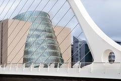 会议中心和萨缪尔・贝克特桥梁在都伯林市 库存照片