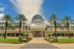 会议中心,在国际驱动的美好的天空蔚蓝backround 库存图片