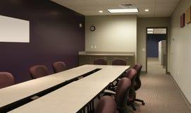 会议办公室紫色墙壁工作区 免版税库存图片