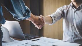 会议和问候,两工程师或项目的建筑师在咨询以后的会议,握手和会议新的项目计划 库存图片
